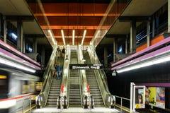 Väntande på drev för folk i Schottentor gångtunnelstation i Wien Royaltyfria Foton