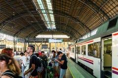Väntande på drev för folk i Valencia Station arkivfoto