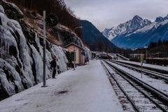 Väntande på drev för handelsresande på stationen i bergdalen i seger Royaltyfria Foton