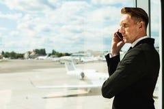 Väntande på flyg för affärsman Royaltyfri Fotografi