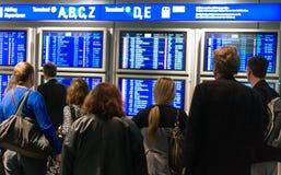 Väntande på flyg för folk Royaltyfri Fotografi