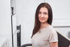 Väntande på frisör för härlig kvinna i salong royaltyfria foton