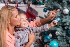 Väntande på jul för mamma och för dotter Arkivfoto