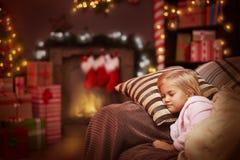 Väntande på jultomten för flicka Arkivbild