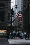 Väntande på klartecken för folk på Madison Avenue i New York, USA royaltyfria foton