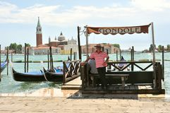 Väntande på klienter för gondoljär i Venedig, Italien Fotografering för Bildbyråer