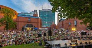 Väntande på konsert Poznan-Polen för folkmassa Royaltyfria Foton