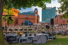 Väntande på konsert Poznan-Polen för folkmassa Royaltyfri Fotografi