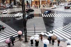 Väntande på korsning för folk på ginzagenomskärningen i tokyo, Japan arkivfoto