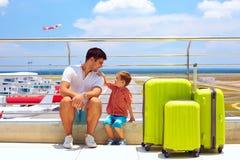 Väntande på logi för familj i internationell flygplats, sommarsemester Royaltyfri Foto