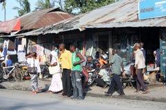 Väntande på matatu mombasa Royaltyfri Foto