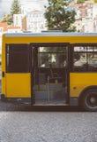 Väntande på passagerare för buss Royaltyfri Foto