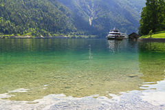 Väntande på passagerare för en färja på pir på Achensee sjön i Tirol, Österrike Royaltyfri Bild