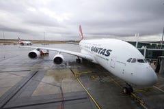 Väntande på passagerare för Qantas flygplan royaltyfri bild