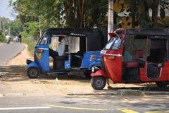 Väntande på passagerare för Tuk Tuk chaufför, Sri Lanka Royaltyfria Bilder