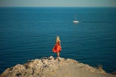 Väntande på segelbåt för ung kvinna Arkivbilder
