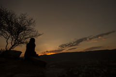 Väntande på soluppgång från överkant av den Savitri kullen Arkivfoto