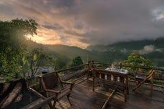 Väntande på soluppgång I från balkong på det Chiang daoberget, Chiang Mai, Thailand Royaltyfri Fotografi