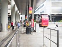 Väntande på stadsbuss för resande folk på den Hong Kong flygplatsbussen Arkivfoton