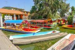 Väntande på turister på den Xochimilco lagun royaltyfri fotografi