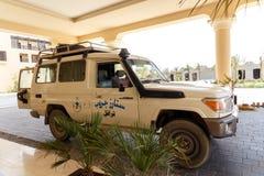 Väntande på turister för safarijeep för framställning av tur Arkivbild
