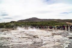 Väntande på utbrott av Geysir Arkivbild