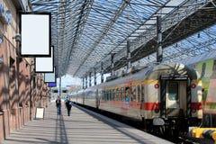 Väntande plattform på den Helsingfors järnvägsstationen Royaltyfri Foto