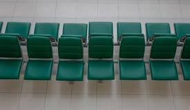 Väntande stolar på den internationella flygplatsen royaltyfria bilder