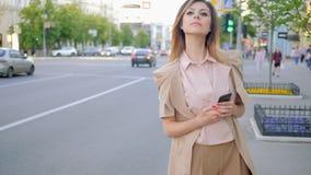 Väntande taxi förutsedd bekymrad kvinnakontrolltelefon