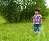 Väntande vän för SAD pojke som ska plays Royaltyfri Bild