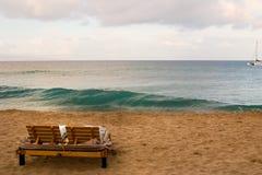 väntar på stranden Arkivfoto