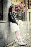 Väntar stads- stil för den ovanliga bruden utomhus Royaltyfri Bild