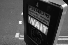 VÄNTE för trafikljusteckenavläsning fotografering för bildbyråer