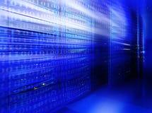 Värddatorbunt i koden för lag för suddighet för serverrumblått den binära fotografering för bildbyråer