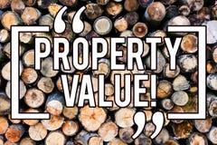 Värde för egenskap för handskrifttexthandstil Begreppsbetydelsebedömning av träbakgrund värdeReal Estate för bostads- värdering royaltyfri fotografi