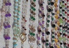 Värdefulla halsband i guld och gemstones arkivbild