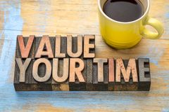 Värdera din tid - uttrycka abstrakt begrepp i wood typ Royaltyfri Foto