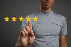Värdering eller rang för fem stjärna som jämför begrepp Mannen bedömer service, hotellet, restaurang arkivbilder