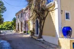 Värdig gata i byn av assoskefaloniaen royaltyfria bilder