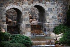Värdig tegelsten välva sig med vattenfall Royaltyfria Foton