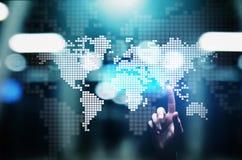 Värld - brett översiktshologram på den faktiska skärmen Teknologibegrepp för global affär och telekommunikation royaltyfri fotografi