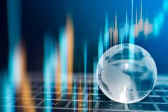 Värld - brett begrepp för trend för valutahandel, klart crystal jordklot med världskartan Royaltyfri Bild