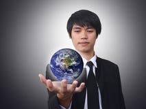 värld för sikt för bild för holding för affärsmanjordH royaltyfri bild