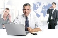 värld för teamwork för affärsmansakkunskapöversikt hög Royaltyfri Foto