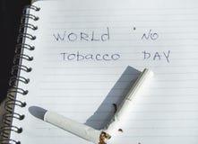 Värld ingen tobakdag, inget - röka dag Bruten cigarett på affärsanteckningsboken, minimalism royaltyfri bild