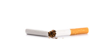 Värld ingen tobakdag: Isolerad bruten cigarett Arkivfoto