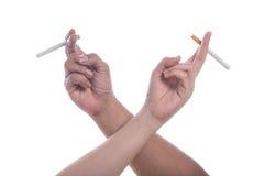 Värld ingen tobakdag, man och kvinnlig hand med cigaretten Royaltyfria Bilder