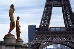 Värld mest berömd gränsmärkeEiffeltorn i Paris Frankrike under soluppgång inga personer i bild Royaltyfria Bilder