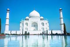 Värld mirakel- Taj Mahal i daglig lampa för soft Arkivbilder