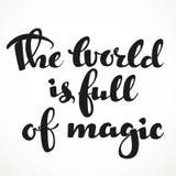 Världen är full av den magiska calligraphic inskriften Royaltyfri Foto